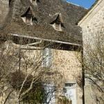 Une superbe maison en pierre et toiture en schiste, caractéristique de la Châtaigneraie cantalienne