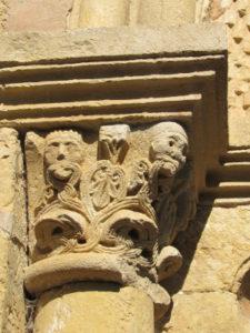Chapiteau roman de l'église du cambon au bord du lot en Aveyron