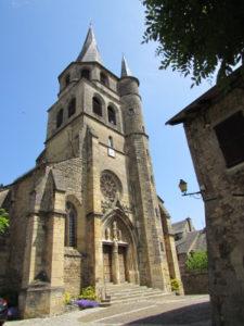 L'église gothique de St Côme d'Olt avec son clocher torse