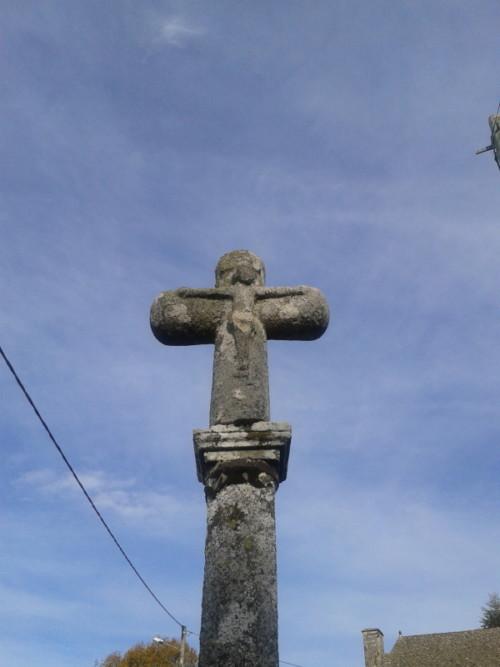 De très jolies croix érodées par les siècles jalonnent les chemins, dans le Cantal