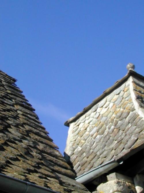 Les toits du portail de La Rouquette